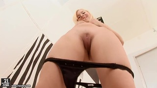 Awesome masturbation of the blonde babe Lisa