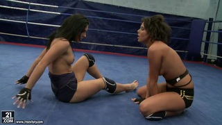 Honey Demon and Melanie Memphis make out in the ring